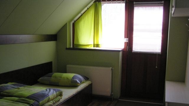 Emeleti apartman - bejárat+ágy