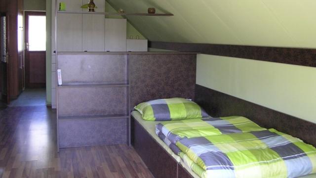 Emeleti apartman - szekrény+ ágy